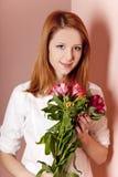 blommar inomhus redhead för flicka Royaltyfria Bilder