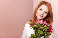 blommar inomhus redhead för flicka Arkivfoto