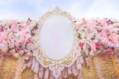 Blommar konstgjort bröllop för rosa tyg bakgrundgarnering Arkivfoto