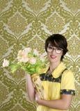 blommar kvinnan för vasen för hemmafrunerden den retro fula Royaltyfri Fotografi
