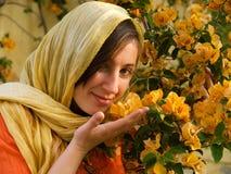blommar lukta kvinnabarn Royaltyfri Foto