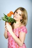 blommar orange sexigt kvinnabarn Royaltyfri Bild