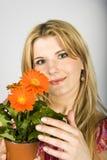 blommar orange sexigt kvinnabarn Fotografering för Bildbyråer