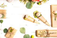 Blommar sammansättning Blommor och gåvor på vit bakgrund Lekmanna- lägenhet, bästa sikt Arkivbilder
