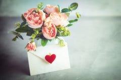 Blommar sammansättning för valentin` s, moder` s eller dag för kvinna` s Stilleben Romantisk mjuk försiktig konstnärlig bild, fri royaltyfri fotografi