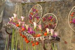 Blommar sammansättning i staden Royaltyfria Foton