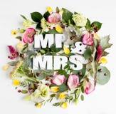 Blommar sammansättning med ordet MR&MRS Royaltyfri Bild