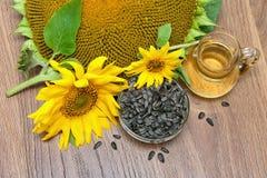 Blommar solrosen, frö och solrosolja Royaltyfri Fotografi