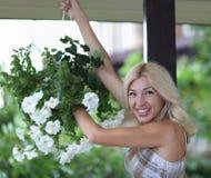 blommar ståendekvinnan Royaltyfri Fotografi