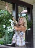blommar ståendekvinnan Fotografering för Bildbyråer