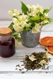 Blommar torra teblad för jasmin med jasmin på vit bakgrund Arkivbilder