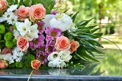 blommar utomhus- bröllop Fotografering för Bildbyråer