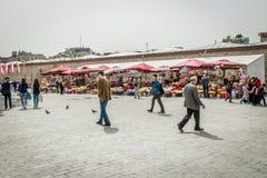 Blommasäljare i den Taksim fyrkanten Royaltyfri Bild
