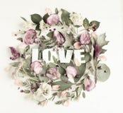 Blommasammansättning med ordet FÖRÄLSKELSE Arkivbilder