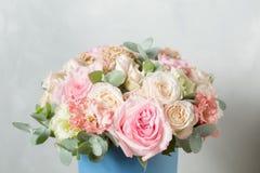 Blommasammansättning på en grå bakgrund Gifta sig och festlig dekor Bukett från vårblommor kopiera avstånd Royaltyfria Bilder