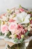 Blommasammansättning på en grå bakgrund Gifta sig och festlig dekor Rosa färg closeup Arkivfoton