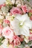Blommasammansättning på en grå bakgrund Gifta sig och festlig dekor Rosa färg closeup Royaltyfri Bild