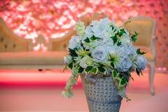 Blommaskärm i vas royaltyfri bild