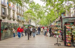 Blommaställningar i den LaRambla gatan, i Barcelona royaltyfri foto