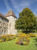 Blommaträdgård in från av av Chateau de Rolle på Rolle på Genève Royaltyfri Foto