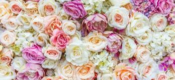 Blommaväggbakgrund med att förbluffa röda och vita rosor som gifta sig garnering, gjord hand - arkivbilder