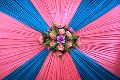 Blommaväggbonquet på brud- säng Royaltyfria Bilder