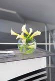 Blommavas för vit lilja royaltyfria bilder