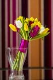 Blommavas med blommabuketten royaltyfri bild