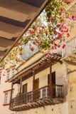 Blommig balkong i ett kolonialt hus Royaltyfria Bilder
