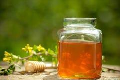 blommig glass honungjar fotografering för bildbyråer