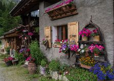 Blommig by i de franska fjällängarna fotografering för bildbyråer
