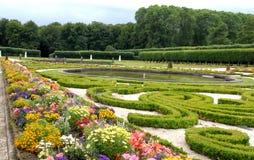 Blommigt parkera, planterat med träd, med vattenbehållare av den Bruhl slotten i Tyskland Royaltyfri Foto