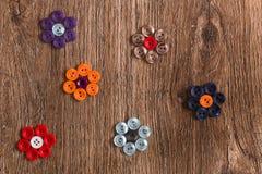 Blommor av den färgrika sömnaden knäppas på en träbakgrund Arkivfoton