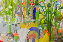 Blommor av exponeringsglas och kristallen Souvenir i St Petersburg Härliga skyltfönsterfärger av exponeringsglas Tillbringare och Arkivfoto