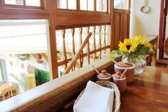 Blommor bordlägger på Mat Royaltyfria Foton