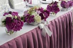 Blommor bröllop för tabell för pargarneringdockor exponeringsglas inverterat Hög skärpa Royaltyfria Bilder