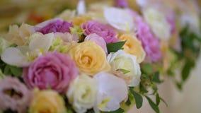 Blommor dekorerad tabell stock video