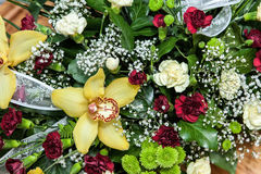 Blommor dekorerar bröllopmottagande Arkivfoto