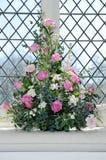 Blommor dekorerar kyrkan Royaltyfri Bild