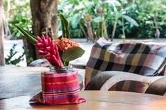 Blommor dekorerar på den wood tabellen royaltyfria bilder