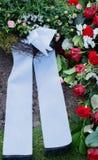 Blommor efter en begravning i en gammal kyrkogård arkivfoton