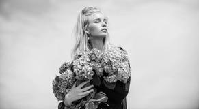 Blommor erbjuder doft Mode- och sk?nhetbransch F?r modemodell f?r flicka mjuk bukett f?r blommor f?r vanlig hortensia f?r h?ll ma arkivfoto