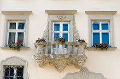 blommor för balkongbyggnadsfacade Arkivbild