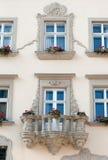 blommor för balkongbyggnadsfacade Royaltyfria Bilder
