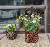 Blommor för garnering på det lantliga huset royaltyfria foton