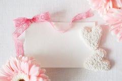 Blommor för gerbera för symboler för dag för valentin` s mjuka och hjärtagodisar Royaltyfri Foto