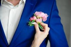 Blommor för handinnehavblomning royaltyfri fotografi