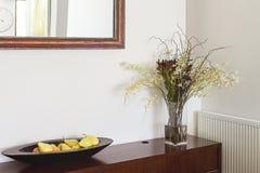 Blommor för objekt för inredekoratör knuffar omkring och avspeglar i lyxig hom Arkivbild