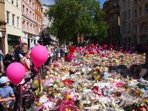 Blommor för offren av den Manchester arenan anfaller Arkivbilder