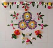 Blommor för Rangoli garneringwiith royaltyfria bilder